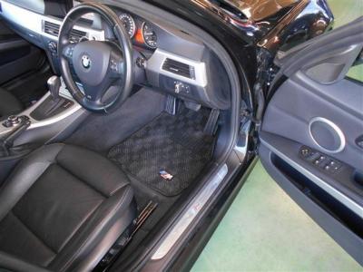 スペースがしっかりと確保された運転席にはメモリー機能もついた本革パワーシートを装備。程よい硬さのクッションが長距離移動でも体を疲れさせません!足元にはオプションのMロゴ入りフロアマットを装着!