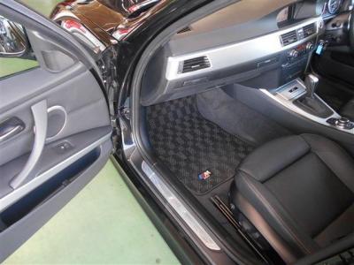 本革シートにヒーターが装備された助手席も十分なスペースが確保されており、足を伸ばしてくつろぐことが出来ますよ! グローブボックス上部には、ドリンクホルダーがスッキリと収まっています!