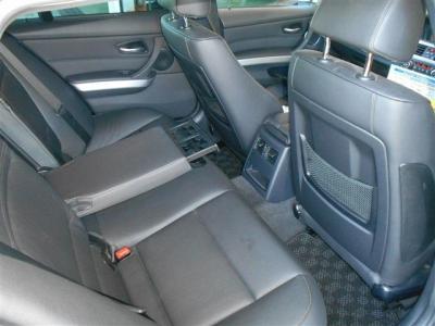 先代に比べボディサイズが拡張されたこともあり後席にもしっかりとした余裕があります。後席専用のエアコン吹き出し口やアームレストにはドリンクホルダーが備わっています。