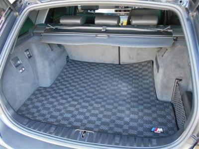奥行のある広々としたトランクルームはキャディバッグを詰める広さとなっており、可倒式の後席を倒せばさらなる容量アップ!普段使いで困る事はないでしょう! トノカバーとMロゴ入りマットも付いていますよ。