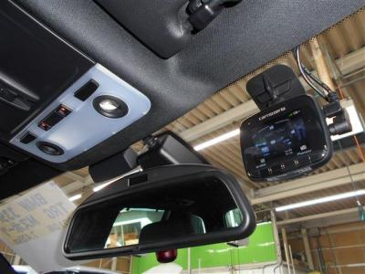 高速道路の必需品のETCはミラー内蔵型で純正ならではの一体感。インテリアの雰囲気を崩さずにスタイリッシュに収まっています。後付けオプションで人気のバックカメラ連動ドライブレコーダーも付いています。