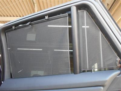 リアシートに座る大切なパートナーを直射日光から守り、プライバシーの保護にもなるブラインドを装備。高級感のある335iに相応しい装備ですね。
