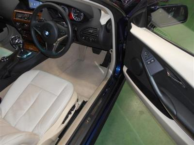 フラッグシップクーペの余裕ある運転席はベージュの本革電動シートが装備されています。包み込まれるような余裕のある大きなシートなので、長距離ドライブも疲れにくいですよ!