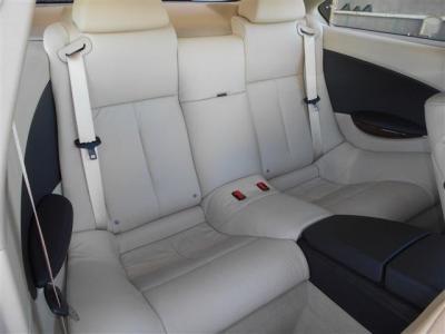 中央で隔てられている後部座席の空間は、4人乗りとすることにより十分な居住空間を確保しています。 そして包み込まれている感覚が味わえ、安心感があり疲れづらいシートに仕立て上げられています。