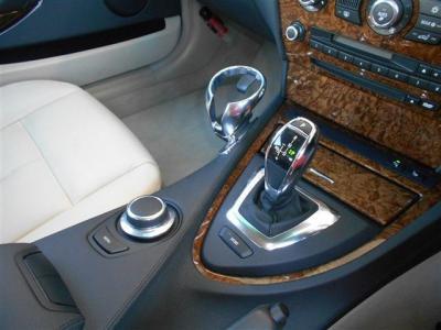 ステップトロニック付き電子6ATは、マニュアルのように自分でシフトを変更でき、スポーツモードのボタンを押せば、よりパワフルなスポーツ走行を楽しめます! ドリンクホルダーが付いていることもポイントですね。