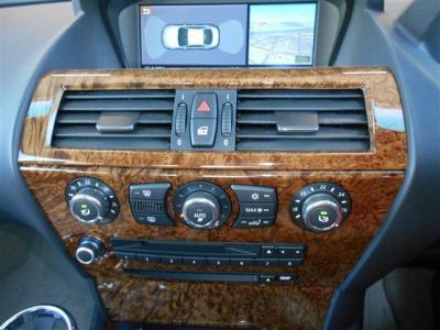 左右独立で温度調節可能なオートエアコンに純正CD/MDデッキの組み合わせです。 更に社外地デジとバックカメラも装備され、モニターに画像が映しだされます。