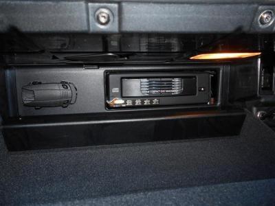 グローブBOXの中にはCDチェンジャーがスマートに内蔵されており室内の雰囲気を損ないません。 左側にはもしもの時のスペアキーケースが備え付けられています。