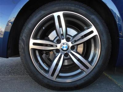 純正の18インチアルミが装着され、キズは少なく歴代のオーナー様に大切に扱われていたことが想像できます。タイヤの溝もまだ残っているのでそのまま走り出せますよ!