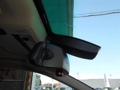 ルームミラーは後方の視認性を向上させながら一体型のビルトイン式ETC車載器を内蔵しており、純正ならではの統一感で、ミラーの横には地デジのアンテナが装備されています。