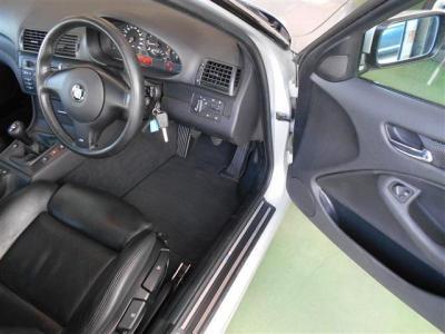 運転席は黒いレザーのスポーツシートで手動のシートにより電動シートに比べ重量が軽くなっています。ドライバー側に向けられたセンターコンソールが走りのBMWイズムを感じさせますね。