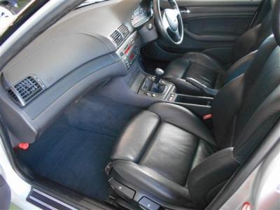 足元に余裕のある助手席にも革シートを装着。革シート特有の質感と手入れのしやすさが魅力です。運転席同様のホールド感あるスポーツシートがあらゆるシーンにおいてしっかりと身体をサポートしてくれますよ。