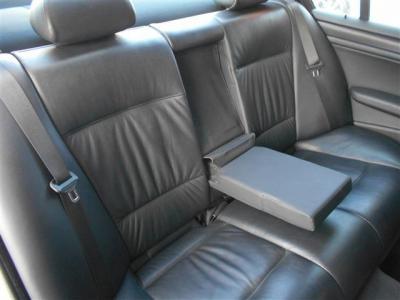 セダンならではの間口部が広く乗降性の高い後席には前席と同様の革シートが装着され、大人二人でも十分くつろげる居住空間が確保されています。 シート中央の背もたれにはアームレストが内蔵されていますよ。