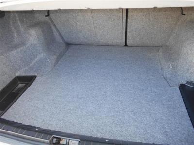 間口も広く必要十分なトランクスペースは440Lの容量。分割可倒式の後部座席を倒せば更に多くの荷物を収容でき、走りだけでなく普段使いにも適しています。