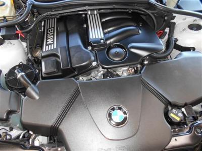 搭載されているのはN42エンジンです。2.0L直列4気筒DOHCエンジンは、143ps(105kW)/6000rpm 20.4kg・m(200N・m)/3750rpm を発揮。様々なドライブシーンで鋭い吹け上がりを堪能させてくれます。