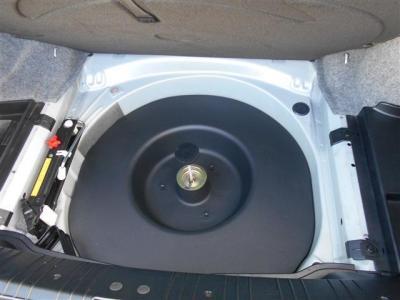 トランクの下には最近見なくなったスペアタイヤを積み込みしています。いざというときの安心感が違いますね。取り外せば荷物入れとしても使えますよ。