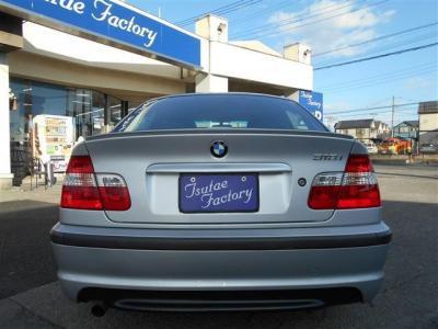 BMW伝統L字型テールにMスポーツの張りの有るリアバンパーがカッコいいですよね。ボディー色の銀とテールレンズの赤がメリハリのあるイメージを作り上げています。 軽やかなマフラー音も魅力ですよ。