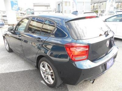 男性でも十分な広さをもった運転席は座ってみると頭上やドアまでも余裕の有る空間になっています。シートは使用感が少なく乗降性に優れたデザインになっています。