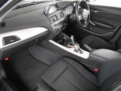 ヘッドライトには、周囲の暗さに感応してライトが自動点灯するオートライトを装備し、更にオートワイパーも装着しています。 オートにしていればライトのつけ忘れを防げますよ。