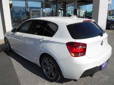 男性でも十分な広さをもった空間の運転席に取り付けられているスポーツシートは電動で調節可能なサイドサポート付きでホールド感をアップできます!青いステッチがボディカラーにとてもマッチしていて素敵です!