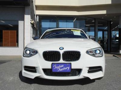 後席にも前席同様ヘキサゴンクロスとアルカンターラのコンビネーションシートを装着しています。先代にくらべボディサイズが拡張されている為後席にもゆとりがありますよ!ISOFIXチャイルドシートに対応しています!