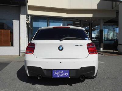 視認性の良い位置にある大型モニター、アルミパネルに青いライン、手触りのいい樹脂パーツ、全てにBMWの拘りを感じられます。BMWが初めてという方にもこのお車でBMWの世界観が感じられると思います!