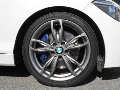 iDriveはナビゲーションDVD視聴オーディオ操作、車両状態を見たりと、とても便利です。まるで頭脳と言っても過言ではない位です! エアコンは左右独立で温度設定が可能で、同乗者への配慮も忘れません!