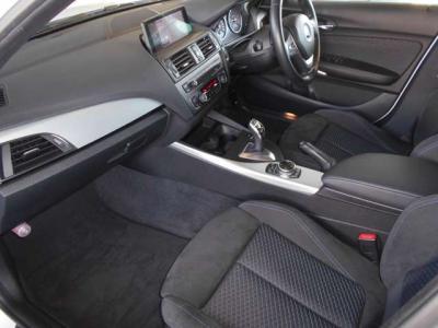 アウターハンドルライトが貴方をドライバーズシートへ導きます。 特別モデルのM135iは、暗闇の中でもまるでステージの主役を導くように輝きます。