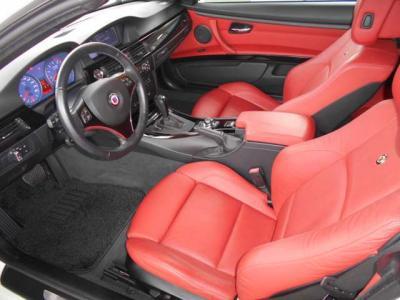 オープン時に映えるインパクトのある赤いレザーのスポーツシートを装着していて、背もたれにはアルピナエンブレムも付いており座っただけで特別な車だと感じることができるほど質感はいいですよ。
