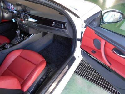 運転席よりも広い空間を確保しており足を伸ばしてゆっくりとくつろげます。前席はシートヒーターも完備でサイドサポート付きパワーシートとなっており,ダッシュボードに格納式ドリンクホルダーが内蔵されています。