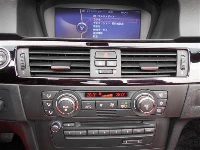 ACスイッチやオーディオ、シートヒーターやPDCのスイッチが集約されています。わかりづらい機能は付いていなく輸入車が初めてというかたでも安心してお使いいただけます。モニターではナビや車両情報も見れますよ。