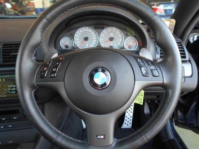 マルチファンクション付きのステアリングは握りやすく、操作性が高いのでM3をイメージ通りにコントロールできます。 パドルシフトも付いているので、レーシングドライバーの様な気分を味わえます。