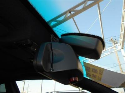 オートワイパーとオートライトを装備し、ミラー一体型の純正ETCも装備され、統一感があり高速道路の乗り降りも楽々。カードは見えにくいのでセキュリティ面でも安心ですね。