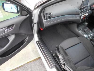 足元に空間があり余裕のある助手席には、運転席同様に使用感の少ないスポーツシートが装備され、ホールド性の高さからロングドライブでも疲れづらい造り込まれた形状をしています!!