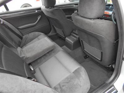 間口の広いセダンは、後席への乗降性が高く、頭上にも余裕があり大人でも十分にくつろげる居住空間が確保されています。手触りの良いアルカンターラの後席は、質感の良いソファーの様な高級感ある座り心地ですよ。