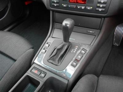 ステップトロニック機能付き5ATは、マニュアルモード切替でシフトレバーの前後操作でシフトチェンジが可能になり、マニュアル車のようにシフト操作を楽しめますよ!!オリジナルの木目調パネルがスタイリッシュ!!