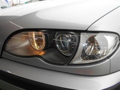 ヘッドライトのレンズもクリアな状態を保っておりキセノンライトが明るく照らしてくれるので夜道でも安心してドライブが出来ますね。 ライト内のパネルが銀色になっておりボデイとの統一感が増しています。