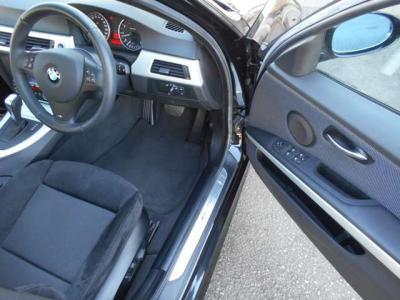 空間に余裕のある運転席は、アルカンターラを使用したMスポーツ専用のスポーツシートを装備し、運転席メモリー機能付きパワーシートは前後・高さと細かい調整がしやすく、電動サイドサポートも付いてます。