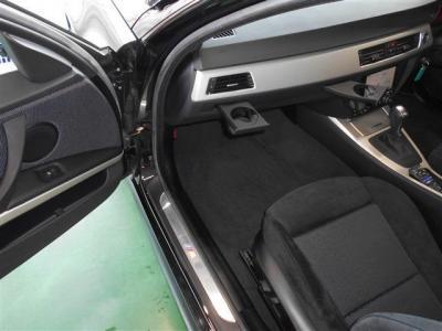 助手席は足元に余裕があり運転席同様のスポーツパワーシートになっています。ダッシュボードにはドリンクホルダーが収納されていて使わない時はしまってスッキリと見せることが出来ます。