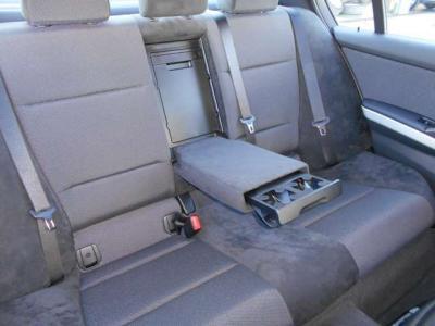 十分な室内空間が確保されて、後席も高級感のあるアルカンターラのシートになっています。アームレストには後席用ドリンクホルダーが内蔵され、更にエアコン吹き出し口が付いていて、とても快適な時間を過ごせます!