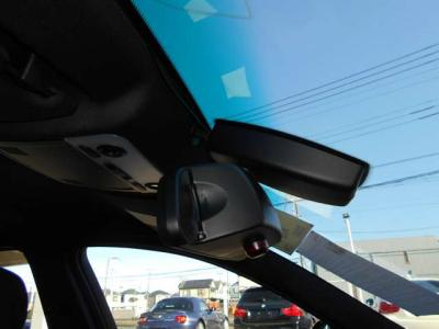 オートワイパーとオートライトを装備し、ミラー一体型純正ETCも装備され、統一感があり高速道路の乗り降りも楽々。カードは見えにくいのでセキュリティ面でも安心ですね。