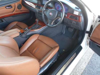 開口部の大きいドアを開けるとブラウンレザーのスポーツシートが貴方を迎えます。アルピナエンブレムも付いており座っただけで特別な車だと感じることができるほど上質なモデルですよ。