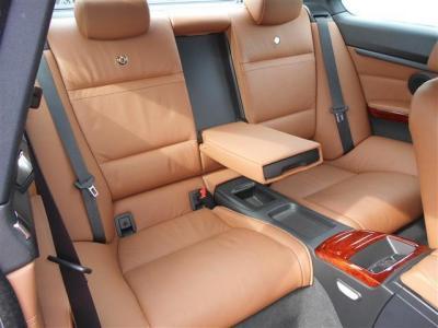 クーペの後席は狭いと思われるかたもいらっしゃるかもしれませんが、4人乗りとすることで十分なスペースを確保しています。専用のドリンクホルダーやエアコン吹き出し口も付いているので快適ですよ。