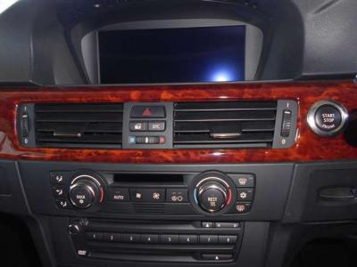 ACやオーディオ、シートヒーターやPDCのスイッチが集約されています。シンプルで操作しやすいので輸入車が初めてというかたでも安心してお使いいただけます。コントロールディスプレイでは車両情報も見れますよ。