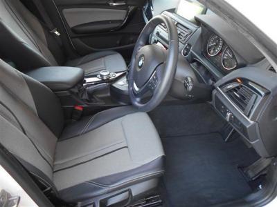 男性でも十分な広さをもった運転席は座ってみると頭上やドアまでも余裕の有る空間になっています。スタイル特有のハーフレザーシートは使用感が少なく乗降性に優れたデザインになっています。