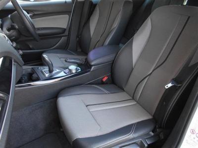 助手席にも運転席同様のハーフレザーシートを装備。広いスペースを確保しているので足を伸ばしていられます!フロント・サイドエアバッグも装備、安全性の高さもBMWをおすすめできる理由の一つです!!