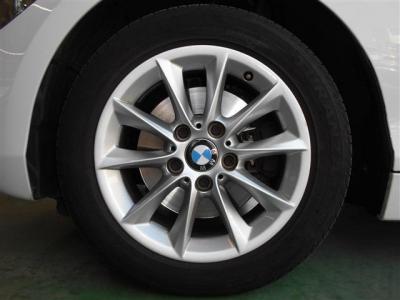 可愛らしいデザインを引き締める足元には純正16インチアルミホイールを履きこなし、組み合わされるタイヤは2018年モデル!! 溝も残っているのでそのままドライブにお出かけください。