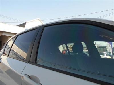 同乗者への配慮とプライバシーを守り、室内の劣化を防ぐフィルムが貼られています。 フロントガラスにも貼られており紫外線からも守ってくれますよ。