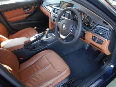 先代よりも広くなった運転席は乗降性にとても優れ、運転に集中できるようドライバーに傾けられたインパネが古き良き時代からの変わらぬBMWの車造りの思想が垣間見えます。