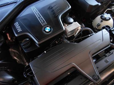 搭載される2L直列4気筒DOHC直噴ターボのN20型エンジンは、184馬力/5,000rpm、トルク27.5kg・m/1,250-4,500rpmを発揮し、BMWエンジンのレスポンシブでスムーズな加速を体感することができます。