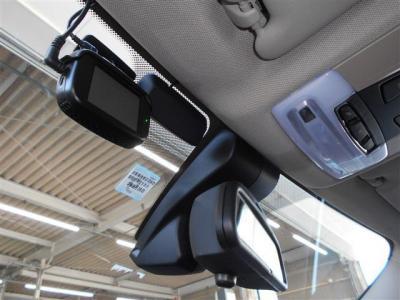 ルームミラーは一体型のビルトイン式ETC車載器を内蔵しており統一感があり室内の雰囲気を損なわずに、レインセンサーも装備されていますよ。 ドライブレコーダーも装備され、もしもの時の安心感がありますね。